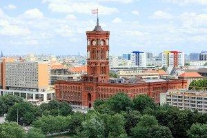 """""""Rotes Rathaus"""" von Olbertz aus der deutschsprachigen Wikipedia. Lizenziert unter CC BY-SA 3.0 über Wikimedia Commons - http://commons.wikimedia.org/wiki/File:Rotes_Rathaus.jpg#/media/File:Rotes_Rathaus.jpg"""